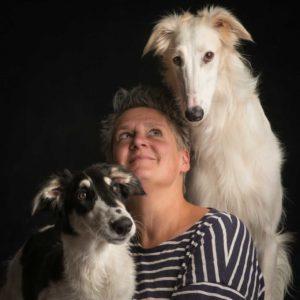 Miriam ist Tierbetreuerin und hat 12 Windhunde. Auf dem Foto ist sie mit 2 ihrer 12 Hunde zu sehen