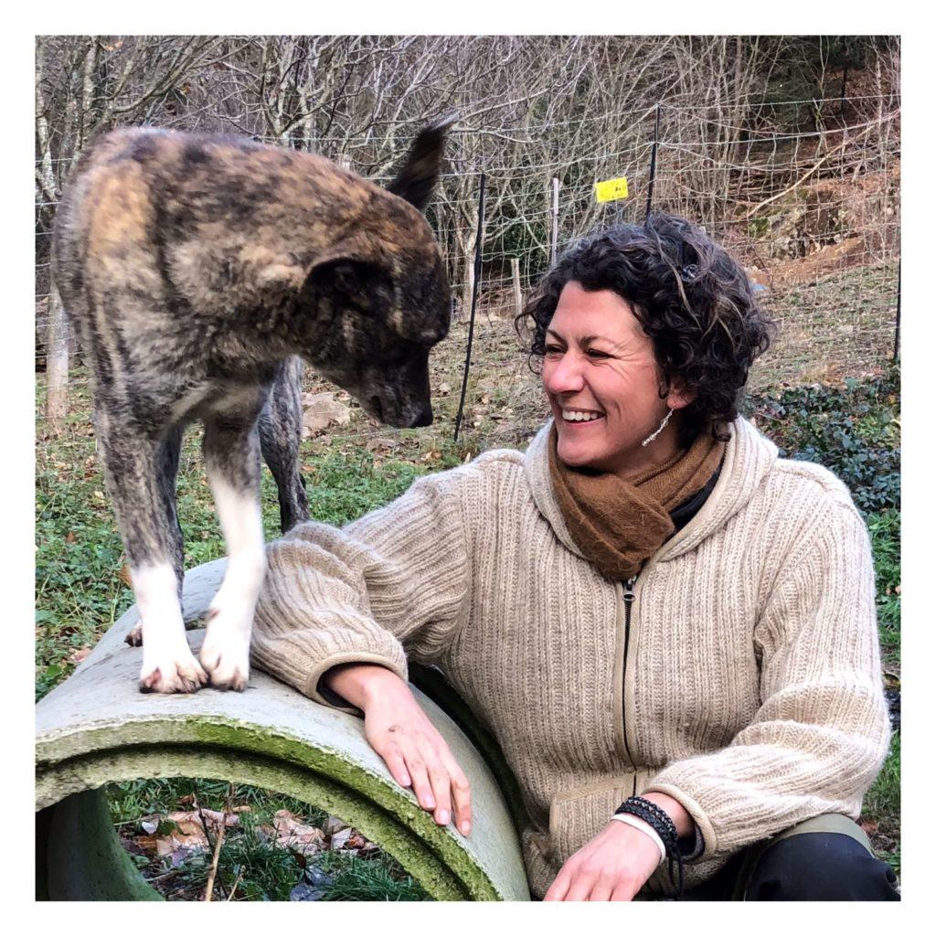 Hundeverhaltenstherapeutin Melanie Müller Quine mit ihrer Leithündin Kira