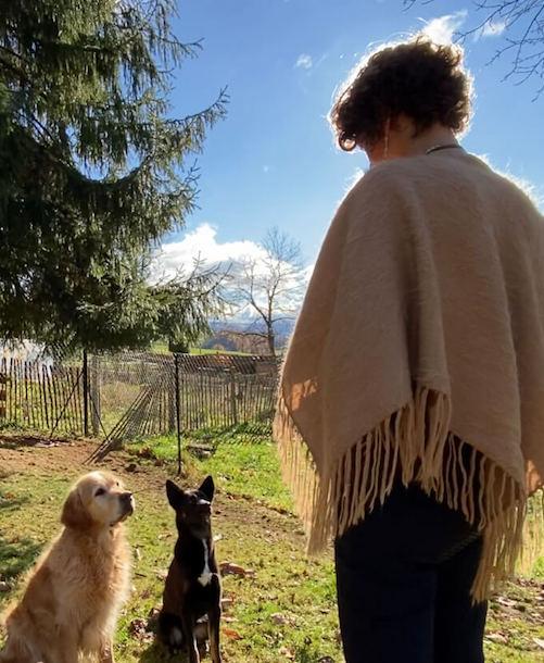 Melanie Müller Quine mit 2 Hunden die vor ihr sitzen